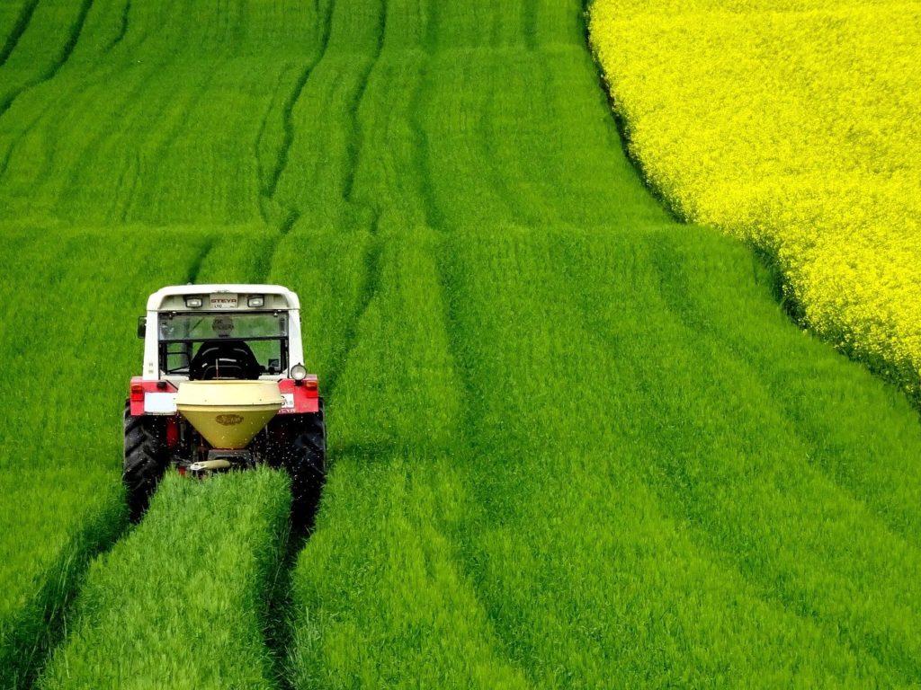 trattore in campo